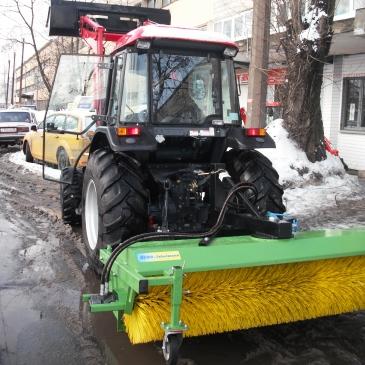 Уборка территорий от мусора и снега трактором