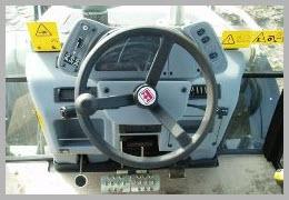 экскаватор-погрузчик TEREX 820 внутри кабины